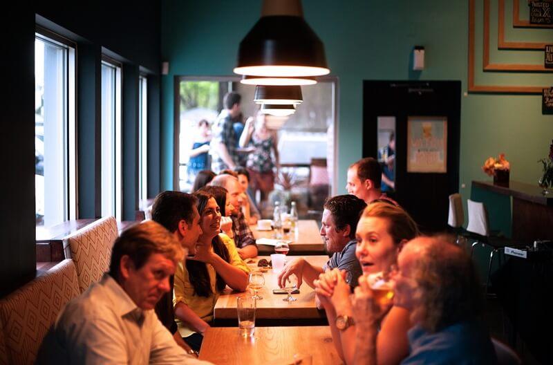 飲食店で会話している人たち