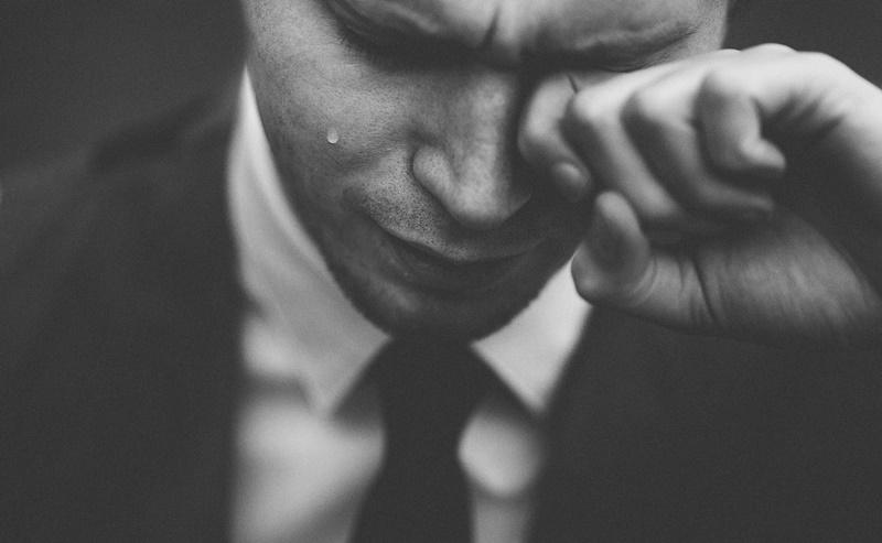 悲しんでいる男性
