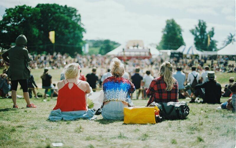 街のイベントを見ている人たち