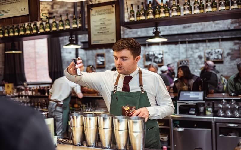 カフェで働いている男性