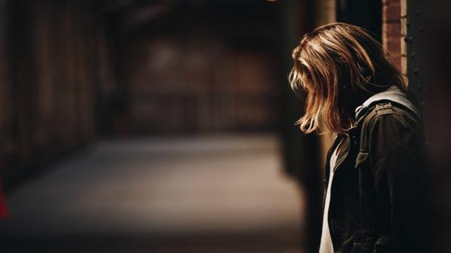 悲しく落ち込んでいる女性