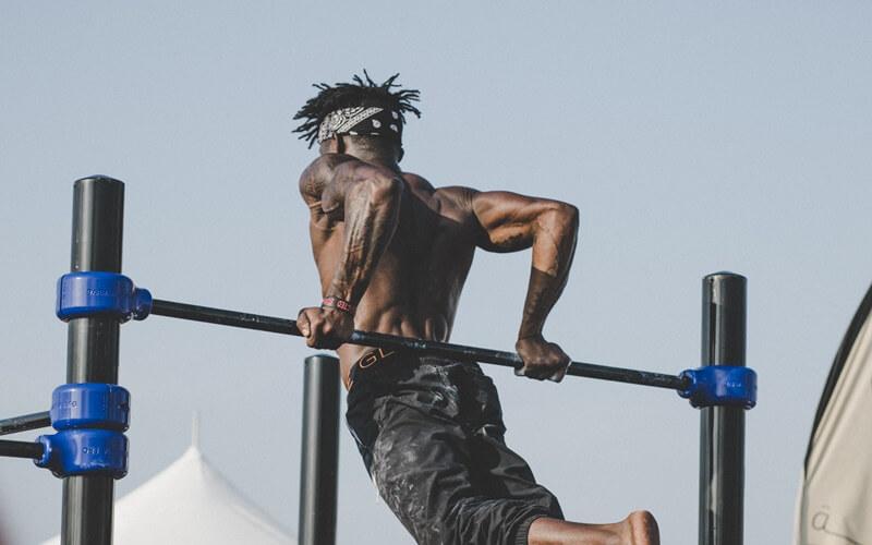 筋肉があって強い男