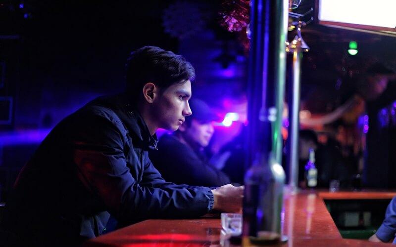 クラブに1人でいる男性