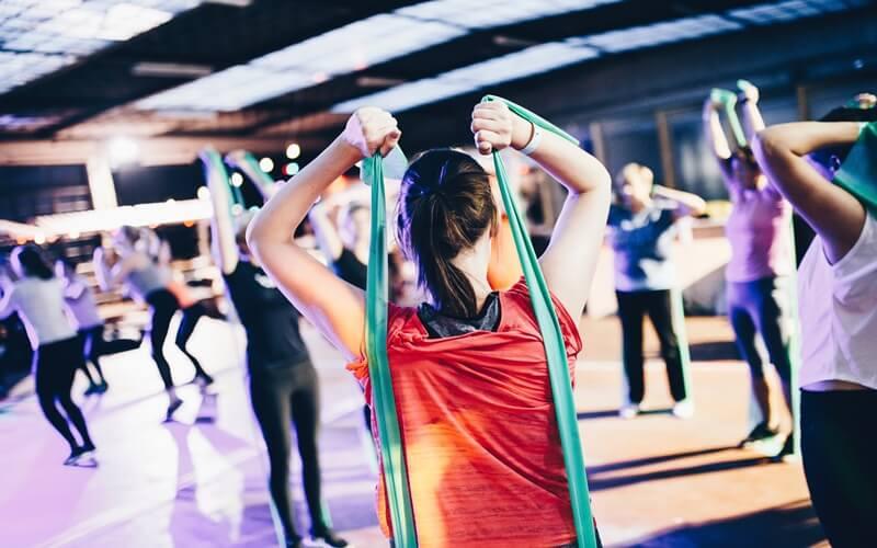 スポーツジムでトレーニングしている女性たち