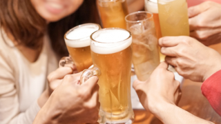 乾杯する男女のグループ