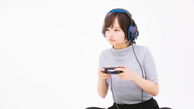 ゲームに夢中な女性