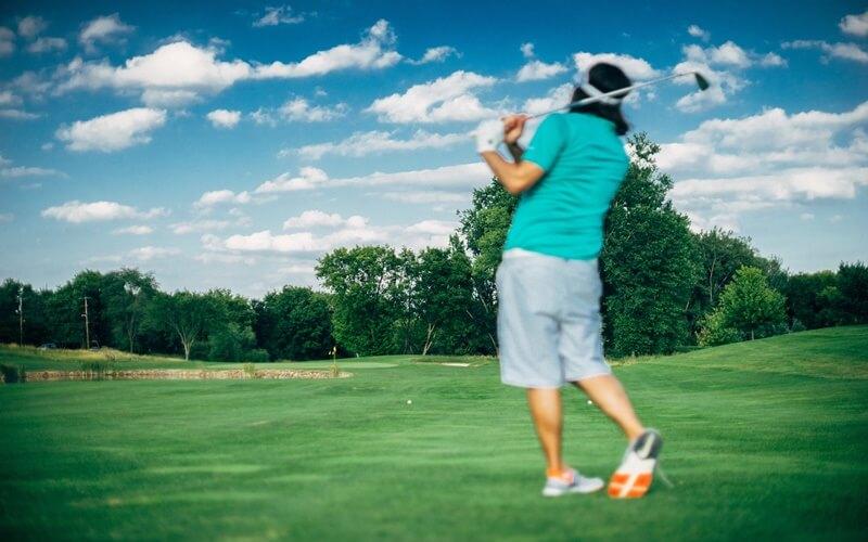 ゴルフしている人